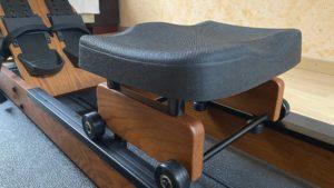 Ruderergometer mit ergonomisch geformten Sitz und Wasserwiderstand