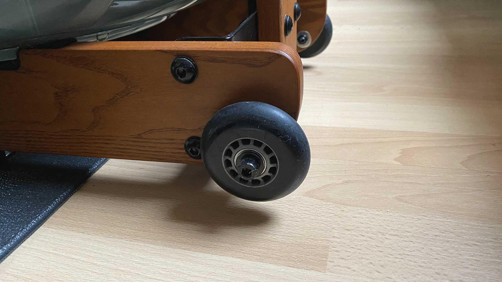 Ruderergometer aus Holz mit Rollen zum Transport